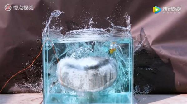 安全气囊水中引爆 12mm厚玻璃缸被震碎