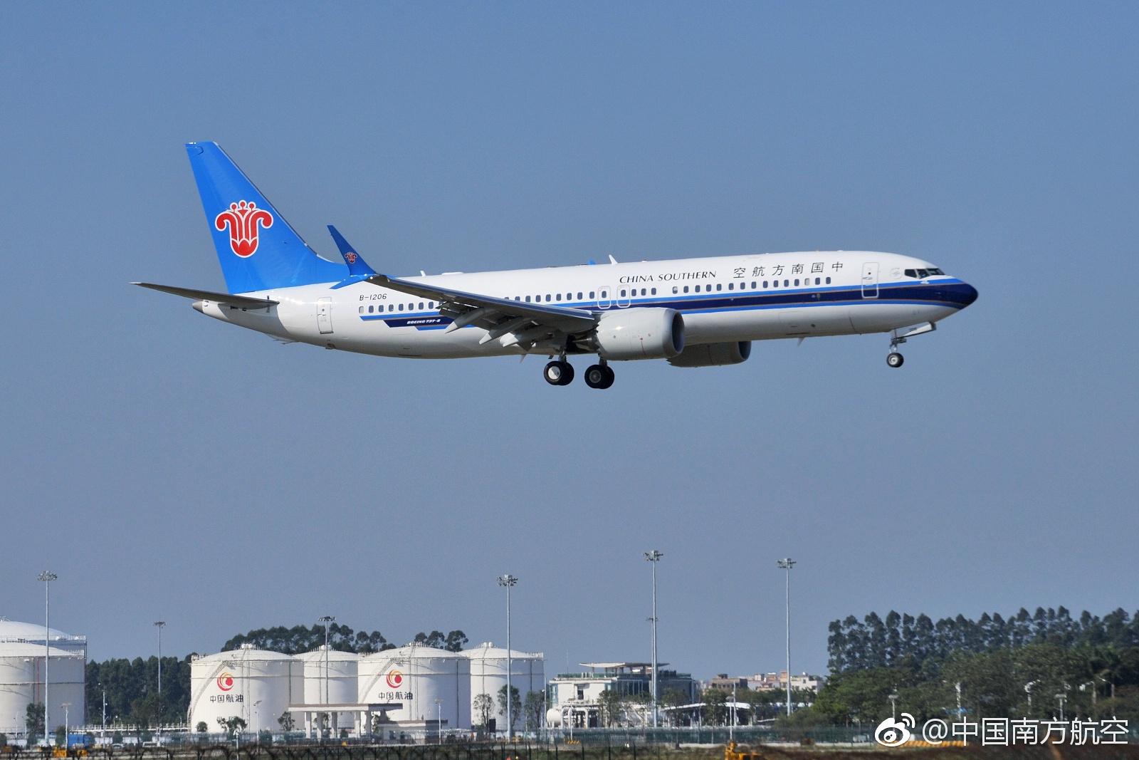 中国南方航空公司宣布,12月1日上午10点21分,南航第一架波音737 MAX 8客机(注册号B-1208)在广州白云国际机场降落。 这标志着,波音737 MAX 8新型客机正式加入南航机队,另外中国国航也已经接收波音737 MAX 8。  南航特意公布了一组其波音737 MAX 8首飞的精彩照片,尤其是包括多张内部照片,可以看到新客机内部相当宽敞,还贴心地设置了支持多国标准的充电插座,和多个USB充电接口。   波音737 MAX窄体机喷气式飞机是波音公司的最新机型,目前全球最先进的单通道客机之一,也是