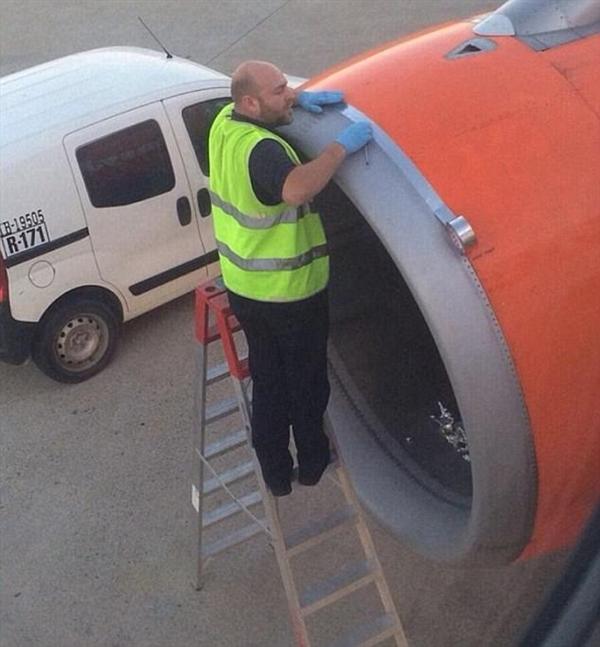 地勤竟用胶带修飞机 航空公司:别怕很安全