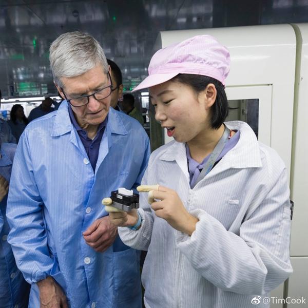 苹果CEO库克参观Airpods中国代工厂:与一线女工笑谈