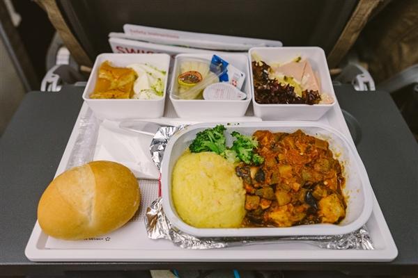 空姐被曝吃乘客飞机餐:一盒只吃一口 官方如此回应
