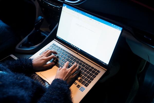 更新版本这天程序员喝醉:官网变车祸现场