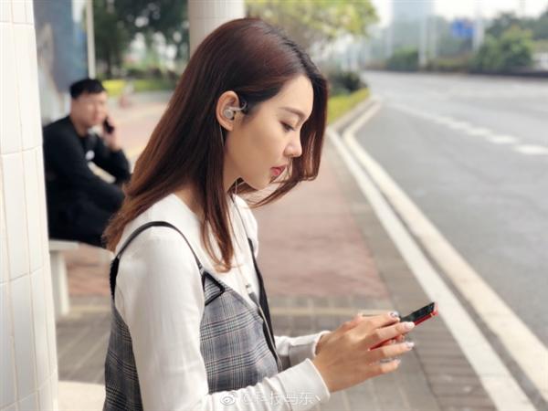 美女员工泄露魅蓝未发布耳机:全新Logo 透明壳体设计