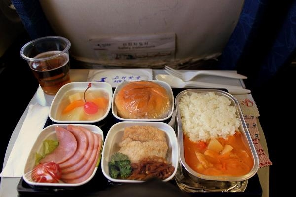 空姐一盒一口吃乘客飞机餐被停飞:官方发公告澄清