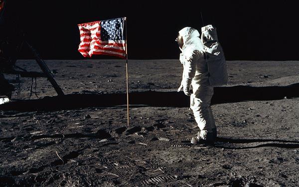 美国总统特朗普命令NASA 让宇航员重返月球 前往火星