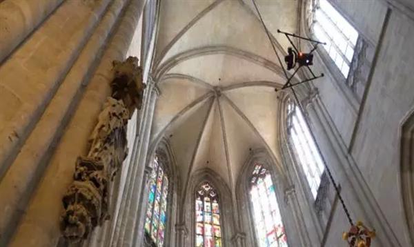 Intel Falcon 8+无人机玩出花:维护15世纪德国大教堂