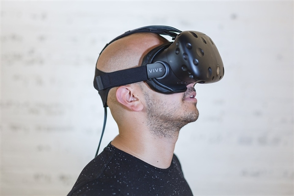 太奇葩:俄罗斯玩家带VR设备居然把自己玩死了