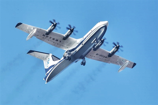 AG600是首次按照中国民航适航规章要求研制的大型特种用途飞机,是国家应急救援体系建设急需的重大航空装备,可以适应我国南海75%的海况,甚至可盘旋于最南端的曾母暗沙。 同时,它也是世界上在研的最大吨位水陆两栖飞机,最大起飞重量为53.5吨,机体总长36.9米,翼展38.8米,单船身、悬臂上单翼布局型式,四台WJ-6发动机,前三点可收放式起落架。 AG600的成功首飞,标志着我国航空工业特种用途飞机研制能力的重大突破,也是继C919成功首飞后我国民用航空工业发展的又一个重要里程碑。