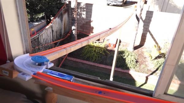 城会玩:老外建最大玩具轨道 风火轮速度上天