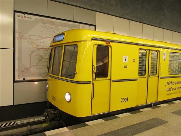 男子伦敦地铁逃票 下体竟被卡住:惨叫连连