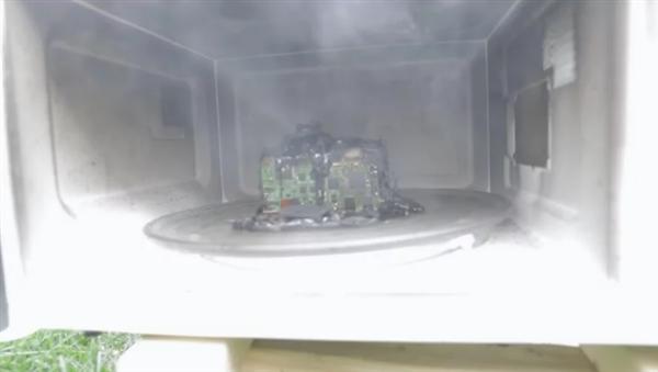 将尼康D60放进微波炉加热13分钟 会发生什么?