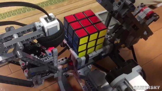 大神用乐高积木拼装机器人 甚至可以玩魔方