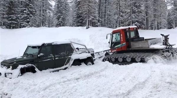 """老外开奔驰G63 6x6雪地被困 连救援车也""""歇菜""""了"""