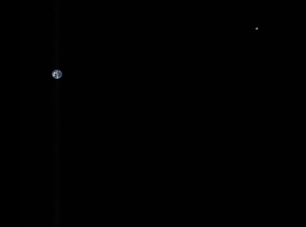 NASA探测器500万公里外拍到地球与月球合影:遥相对望