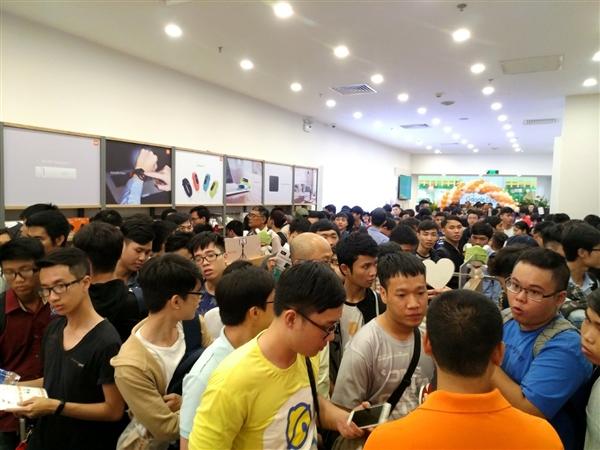 越南第一家小米授权店正式开业:人山人海 场面火爆