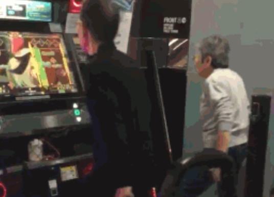 日本70岁老夫妇玩跳舞机走红:年轻人给跪了
