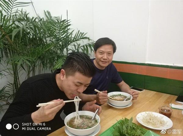 画面亮了!雷军越南吃河粉:大赞味道不错
