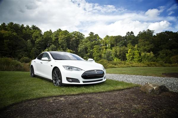 特斯拉Model S追尾消防车:司机称开了Autopilot模式