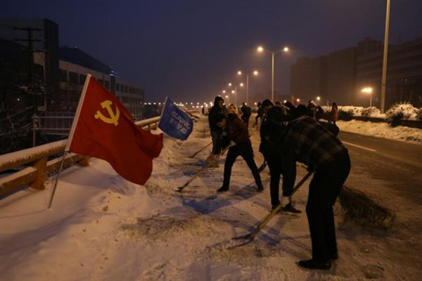 """300多名苏宁人深夜除雪 军民一心上演 """"破冰""""之旅"""