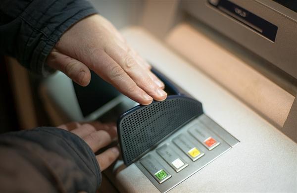 黑客黑美国ATM机被证实:自动吐钞635万 随意拿