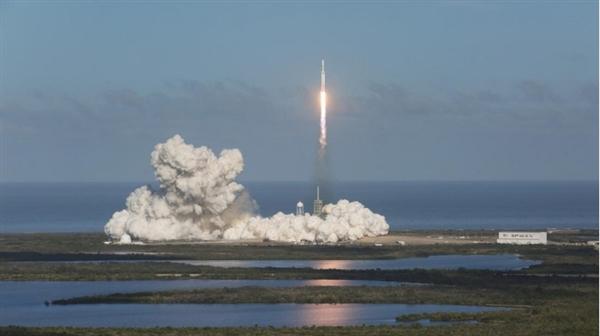 马斯克疯狂!猎鹰重型火箭发射成功 跑车终上天