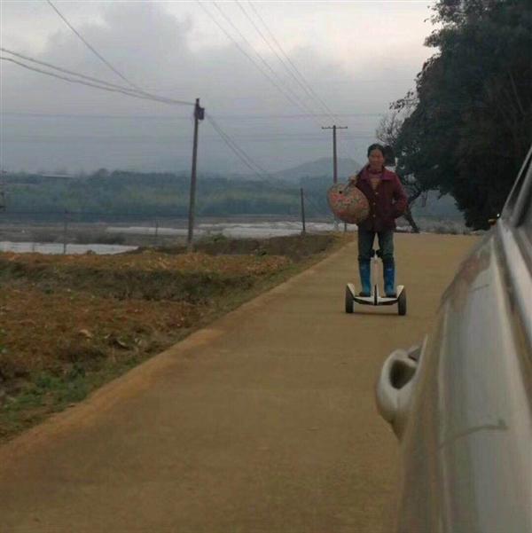 农妇骑小米平衡车下地 网友乐疯了