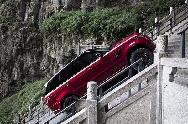 壮举!路虎揽胜运动版P400e成功挑战天门山999级天梯