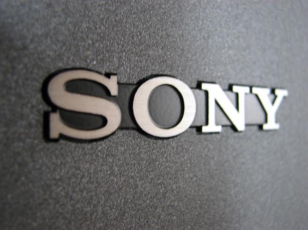 索尼Xperia XZ2背部是3D曲面玻璃,同时配备背部指纹识别