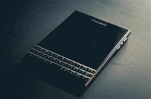 现在的黑莓手机来说更像是TCL的贴牌机,硬件早被RIM放弃