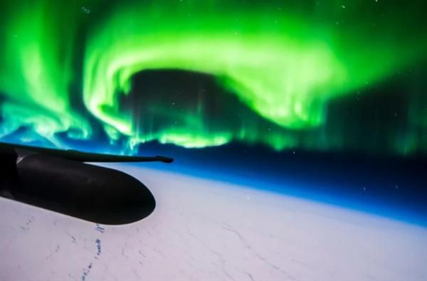 飞行员2万米高空近距离拍摄极光 画面震撼