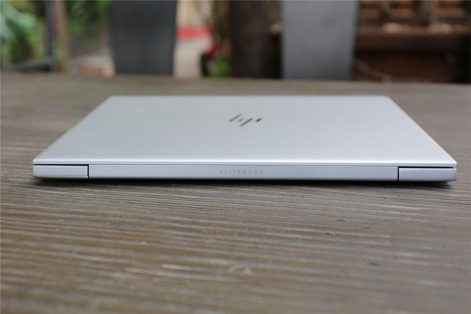 3kg的轻薄设计,也让这种不错的感觉延续到了用户手上,银色颜值,轻薄有