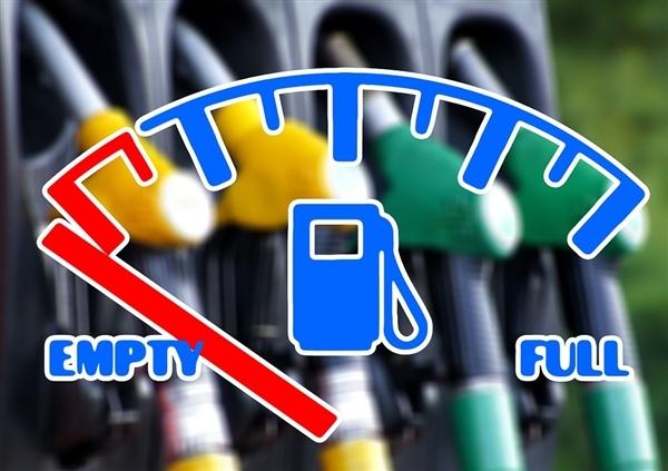 """国内油价迎""""三连涨"""" :加满一箱油多花6.5元"""