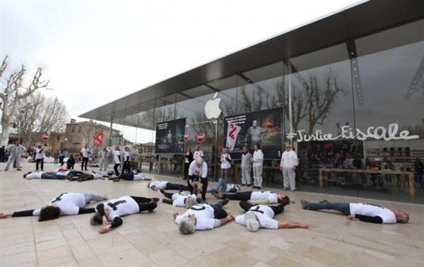 """苹果一脸懵:法国激进用户占零售店玩""""装死"""""""