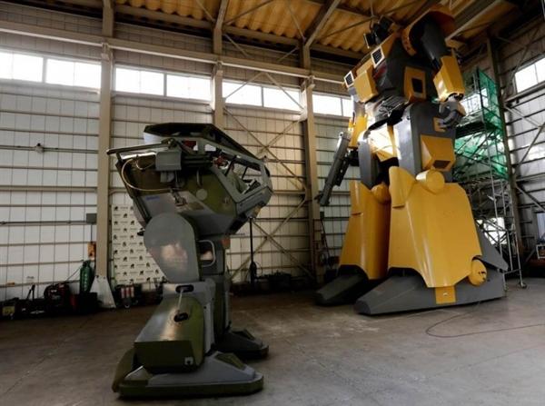 日本工程师手动造超级机器人:身高近9米