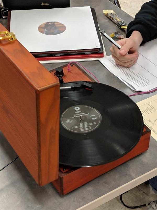 考试作弊新方法 把唱片机搬到考场