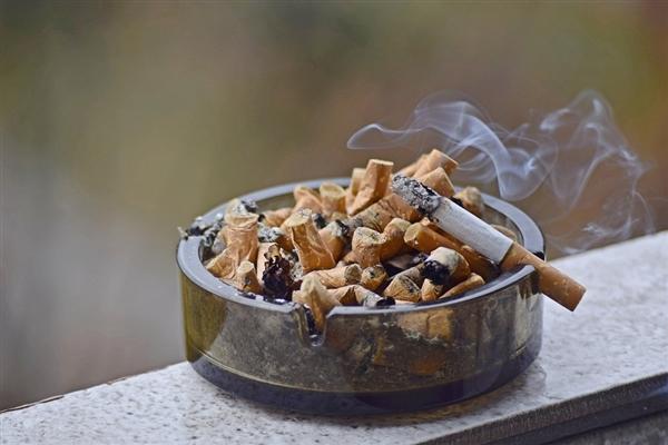 室外抽烟依然会产生危害 三手烟无孔不入