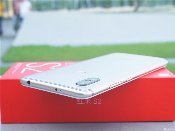 """红米S2开箱:""""杨柳腰""""设计握感舒适"""