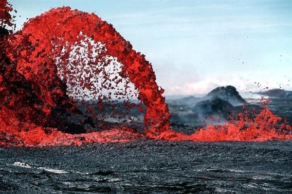 """夏威夷基拉韦厄火山再次爆发 """"熔岩炸弹""""喷向空中"""