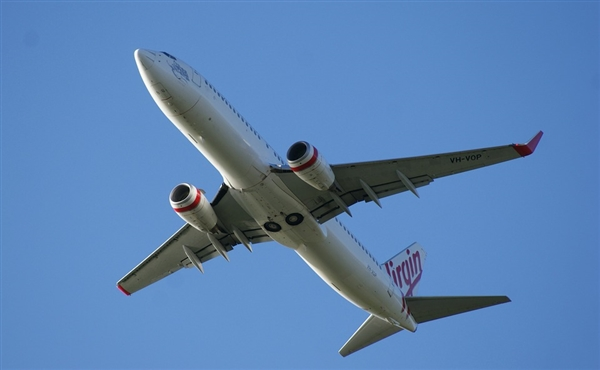 """美国航空公司客机遭遇冰雹 乘客经历""""惊魂5分钟"""""""