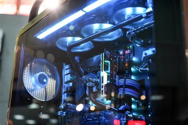 酷冷至尊机箱集体秀:动感光圈 显卡随意装