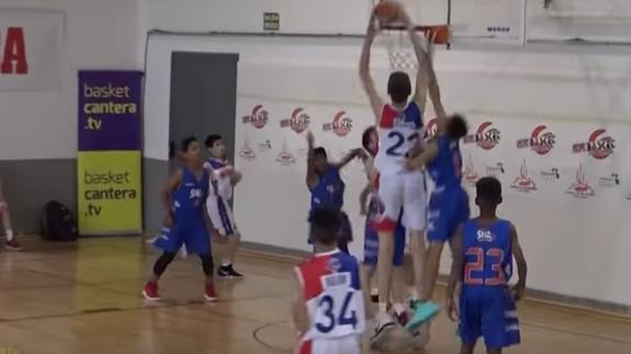 加拿大12岁小孩身高2.16米:校篮球队几无敌手
