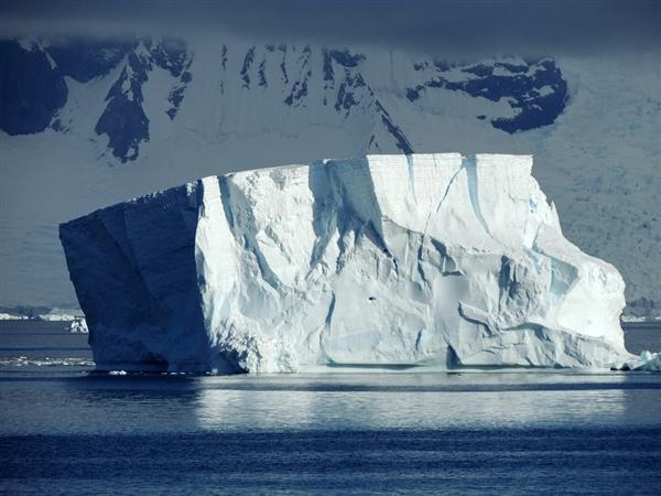 1座11万吨重的冰山引起了格陵兰岛村庄的恐慌