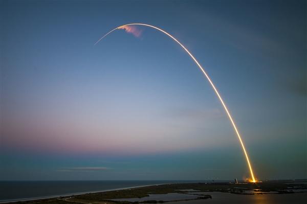猎鹰重型火箭完美完成第二次发射任务 成功回收3枚助推器