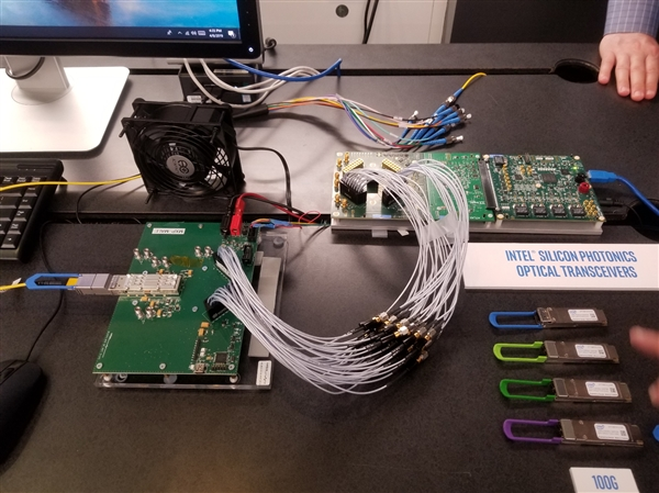 Intel展示首款40万兆硅光子收发器:四束激光 24nm工艺