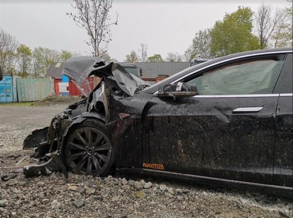特斯拉高速上Model S慘烈追尾:司機居然沒受一點傷