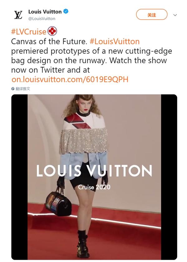 模特手提全球首款柔性屏手袋走秀:畫面炫酷
