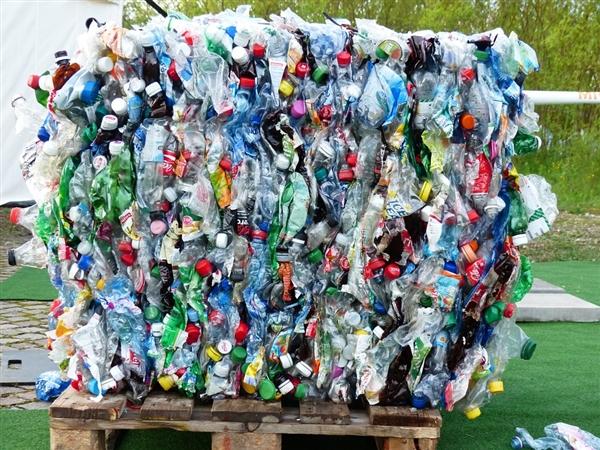 塑战塑决 186个国家签定了削减塑料污浊的说相符国公约