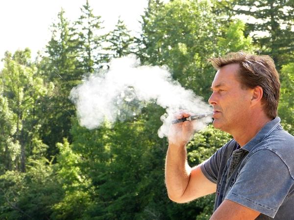 """北卡罗莱纳州学校在""""禁止吸烟""""标志上添加电子烟"""