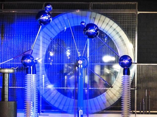 科学家揭示摩擦如何导致静电的长期谜团