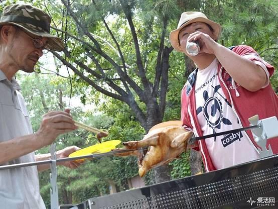 BBQ一整只鸡怎么烤?放在这个自动旋转烤肉机上就走啦